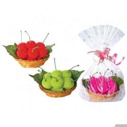 Süße Kirschen in kleinen Korb und Geschenktüte